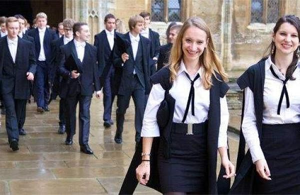 Oxford University students are demanding scrapping of the elitist gown worn by undergraduate students with scholarships, stating that the garments make others feel inferior