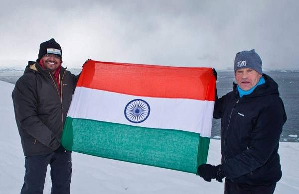sunil_with_flag