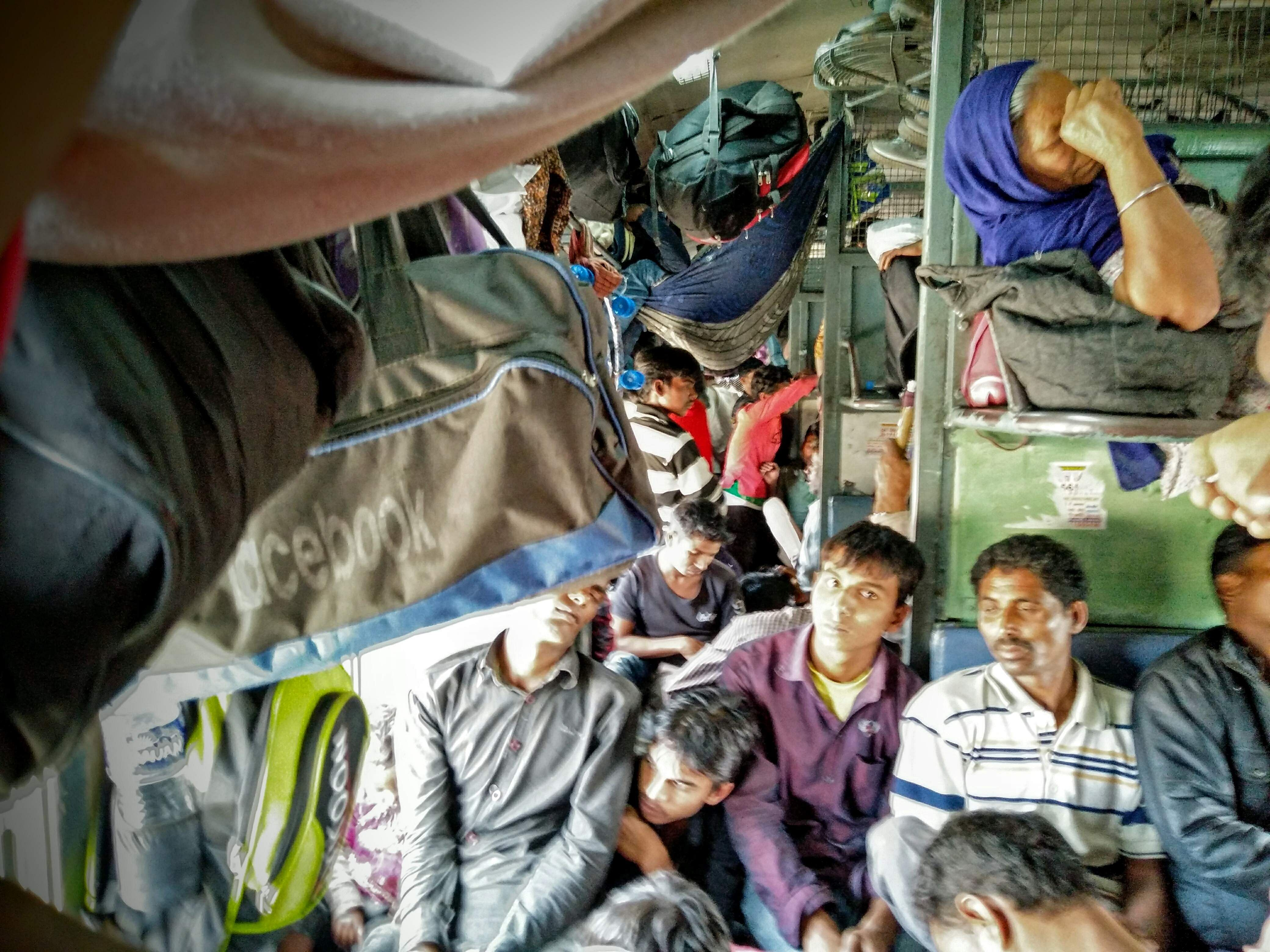 Crowd_in_compartment