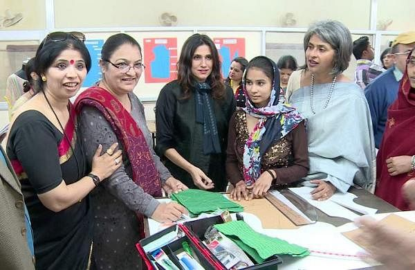 Rina_Dhaka,_Fashion_Designer_and_Nandita_Abraham,_CEO_Pearl_Academy_interacting_with_woman_inmates_of_Tihar_Jail_at_the_Fashion_Laboratory