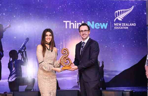 John_Laxonctor_–_India,_South_East_Asia_and_Middle_East,_Education_New_Zealand_gifting_a_special_Koru_carving_to_welcome_Kriti_Sanon_as_first_Indian_Brand_Ambassador_for_Education_New_Zealand