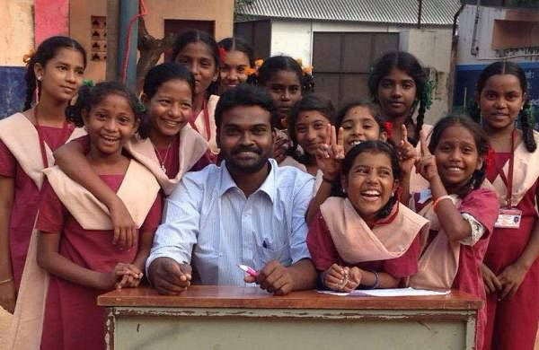 Arivarasan V, the Programme Director of Vigyanrath along with students during one of their school visit