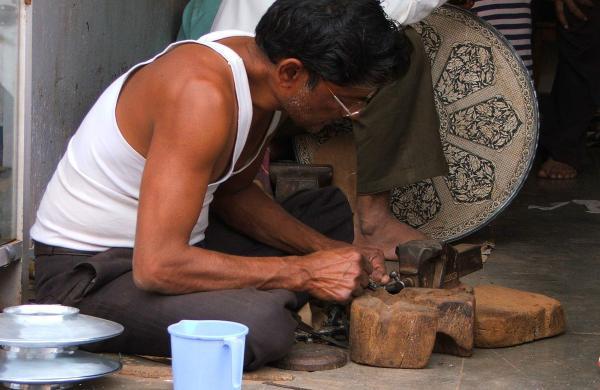 Bidri_craft,_craftmen_at_work