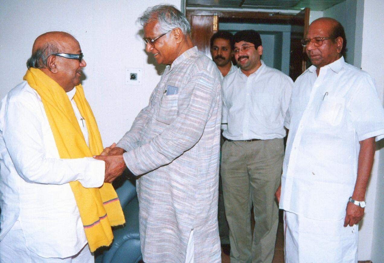 Fernandes shakes hands with Karunanidhi and Dayanidhi