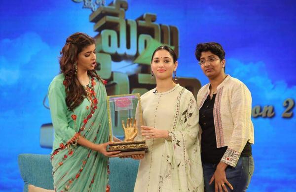 Anila presenting a memorabilia to Tamannah