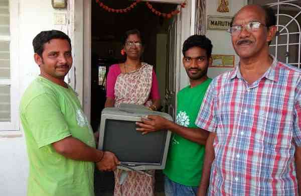People handing over their e-waste | (Pic: Green Waves Environmental Solutions)