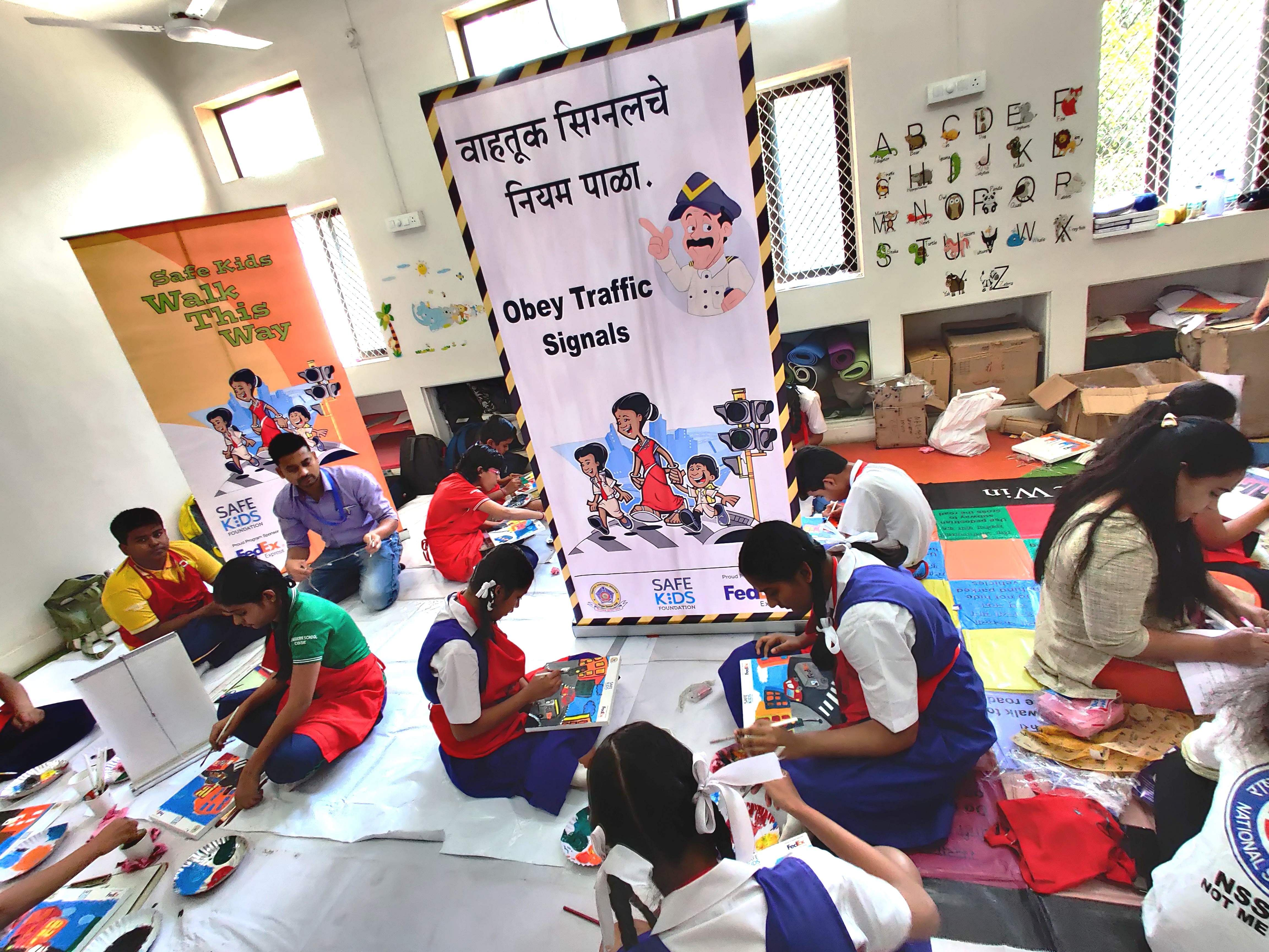 Students_participated_in_LED_cum_canvas_making_competition_organized_on_the_occasion_of_Road_safety_week_(2)