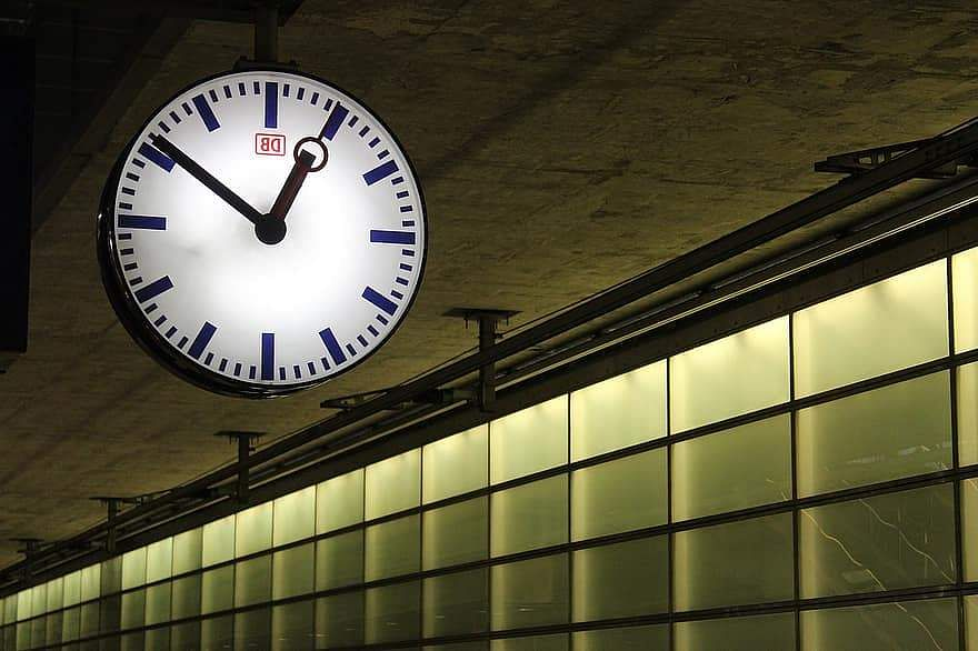 deutsche-bahn-delay-railway-station-station-clock-berlin-hbf-clock-time-clock-face-time-indicating