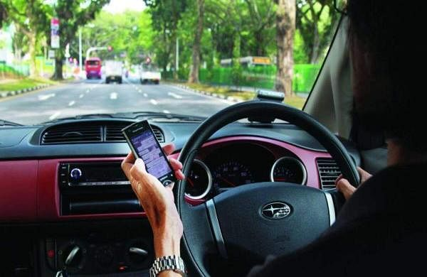 Smartphone-While-Driving-Main
