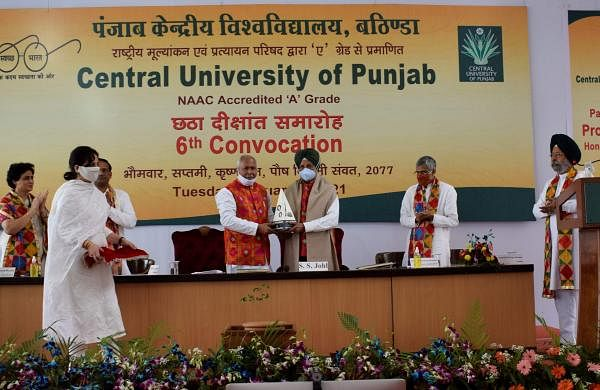 Pic_3_VC_Prof_Tiwari_presenting_momento_of_CUPB_Monument_to_Chancellor_Prof_SS_Johl_
