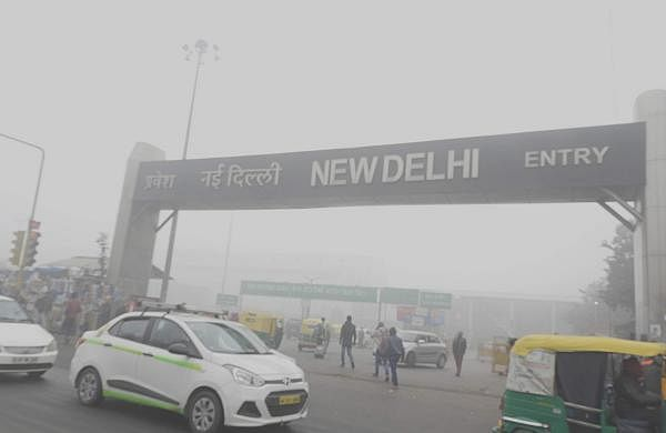 Low_visibility_due_to_Smog_at_New_Delhi_Railway_station_31st_Dec_2017_after_9AM_DSCN8829_1
