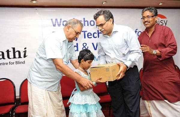 Asna-Aslam-National-Best-Child-Actores-winner-receving-a-Plexi-Talk-Daisy-reader-from-Dipendra-Moncha